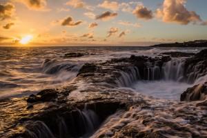 Breating Hole:  Ett hål som via undervattens kanaler pumpar vattnet upp och ner och dessutom överskoljs av vågorna vid högvatten. Gran Canarias västkust, nära Las Palmas. Lång slutartid.